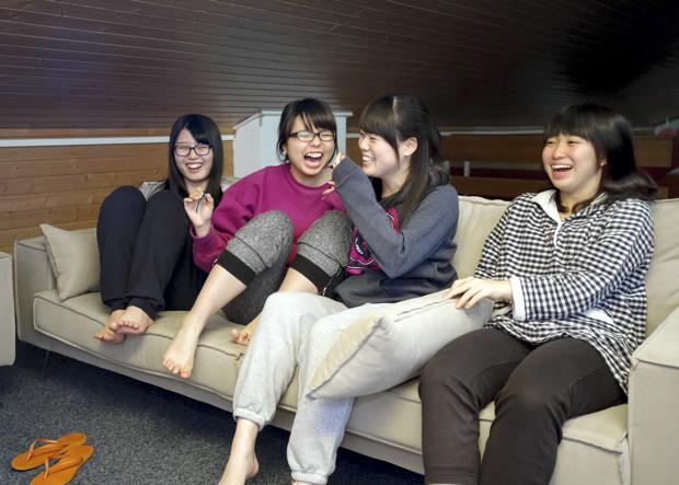 レクレーションルームのソファでくつろぐ生徒たち。レザンには美容室もありますが、ほとんどの生徒はお互いに髪をカットしあうそう。親密さが伺われますね。