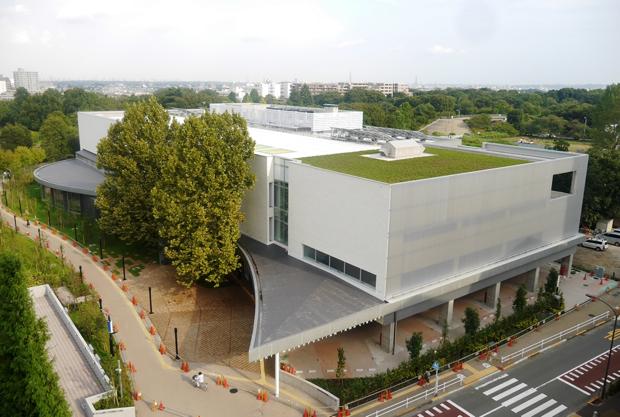 真新しい建物の「都立多摩図書館】の外観(東京都のサイトより)。