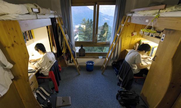 男子寮の部屋。窓からは、自然豊かな四季の移り変わりを日々感じることができます。