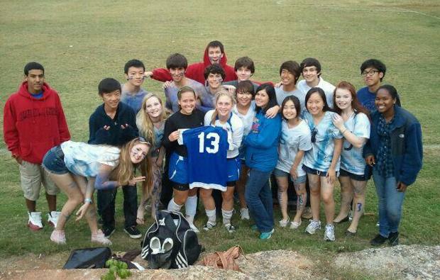 友達のサッカー試合をみんなで応援に行ったときの写真(籠田さん提供)。