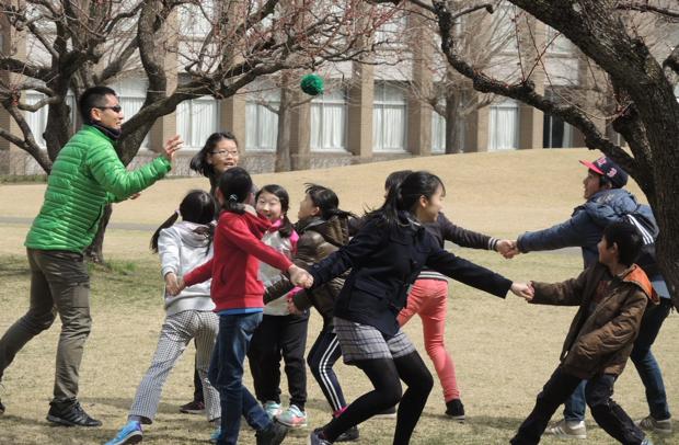 大学生との「遊び」を通じて、クリティカルシンキング(自分で考え、分析し、判断を行う能力)を身につけるためのしかけが満載。