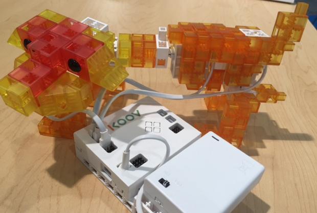 サーボモータとプログラミングで動きをコントロールする、「イヌ」ロボットの作例。