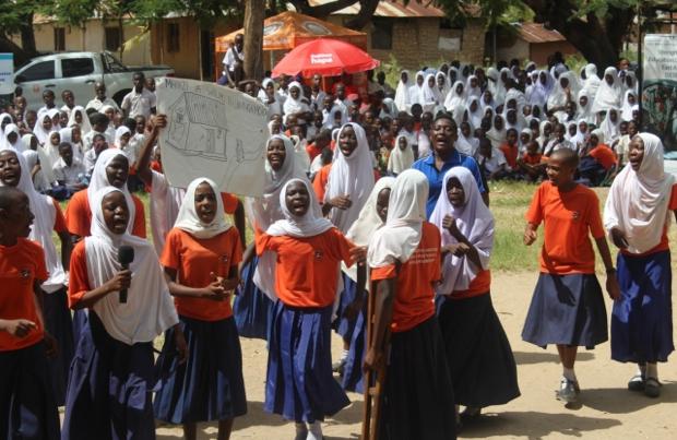 キャンペーンに参加するタンザニアの子どもたち。
