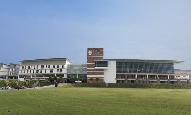 東京ドーム4個ぶんに相当する約20万平方メートルの広大なキャンパスでは、3〜18才の子どもたちがケンブリッジ式カリキュラムに基づいた英国式教育で学んでいる。
