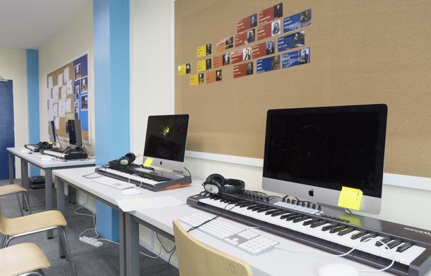 Macにつながったキーボード。こんな設備があればクリエイティビティも発揮できそう!