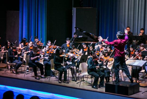 300人収容可能な校内ホールでのコンサート。わが子もオーケストラの一員として活躍するかも?