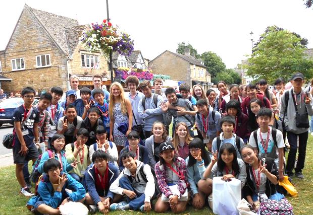 イギリスの中高生との交流の場では、英語を実践的に使うチャンス。すっかり打ち解けた雰囲気に。