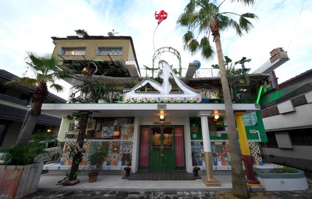 キャンプでは大竹伸朗さんの直島銭湯「I♥湯」(2009年)を訪れ、美術作品に囲まれながら入浴します。(写真:渡邉修)