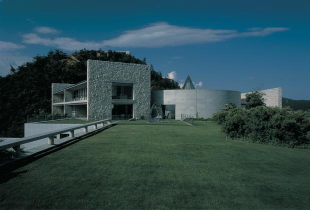 直島の中核施設となる「地中美術館」と、宿泊施設も備えるアートリゾート施設「ベネッセハウス」(写真)は安藤忠雄氏による設計。このキャンプでは、海外でも評価の高い「ベネッセハウス」にも滞在します。(写真:山本糾)