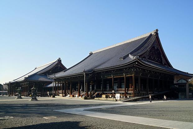 京都の宿泊先は、西本願寺(写真)の宿坊「聞法(もんぼう)会館」で、ここでは精進料理を味わう予定。子どもの柔軟な時期にこそ「本物」に触れて欲しい——これもローレンシャンが大切にしていることのひとつ。(Photo by 663highlandさん / CC by 2.5 Wikipediaへのリンク )