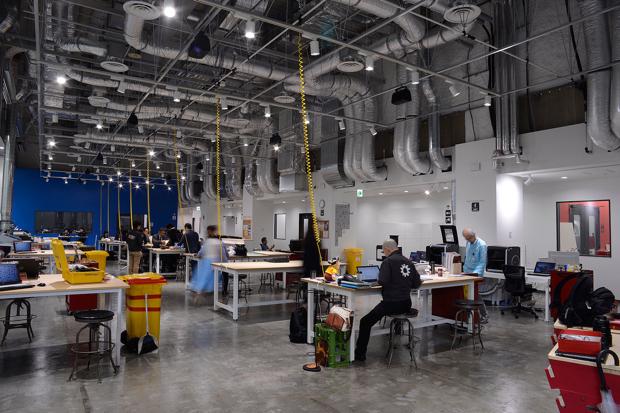 最新の情報や技術、人々が集まる赤坂のランドマーク「アークヒルズ」の3階にあるTechShop Tokyoは、床面積1500平方メートル、むき出しの配管が伝う天井高は最高8メートルと、都心の一等地であることを忘れてしまうくらい開放的で自由なスペース。