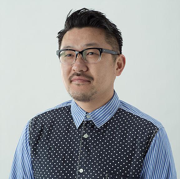 齋藤精一さん。1975年神奈川県生まれ。建築デザインをコロンビア大学で学び、2000年からニューヨークで活動を開始。日本に帰国後、06年にライゾマティクスを設立。建築で培ったロジカルな思考をもとに、アートやコマーシャルの領域で立体作品やインタラクティヴ作品を制作。2015年、アート作品からコミュニティ形成を考えるまちづくりや施設開発等幅広く手がける部門「Rhizomatiks Architecture」を設立。
