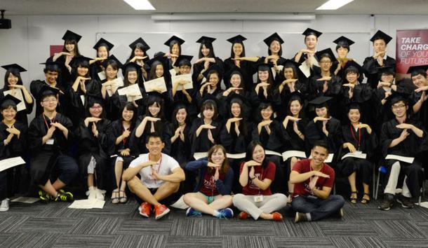 受講を終えた参加者は、ガウンと帽子をまとい終了式に参加。笑顔が輝く瞬間!