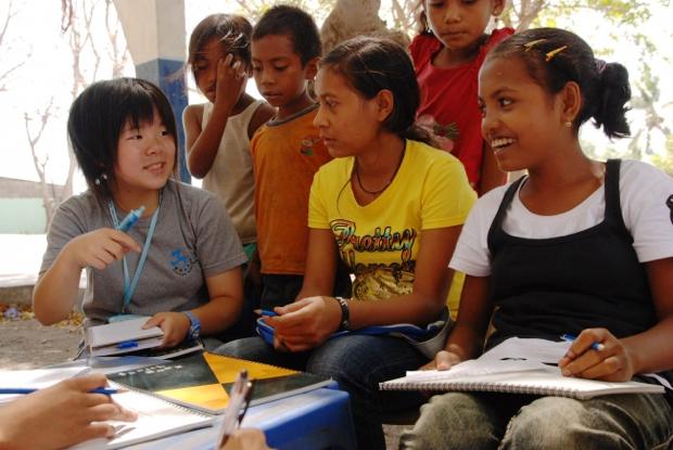 2008年の夏休みに東ティモールの子どもたちを取材した様子。