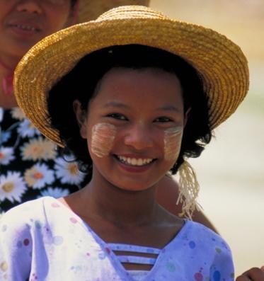 ミャンマーの日焼け止め「タナカ」を塗った顔。