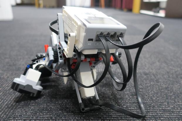 レギュラークラスの生徒が組み立て中のロボット。