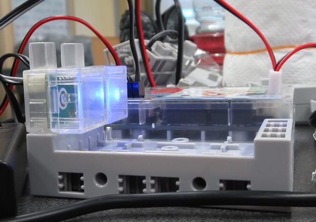ブロックや光センサーといったパーツを組み立て、PCにつなげてプログラミングでバッテリーにLEDライトが光るよう指示すると、このように光ります。