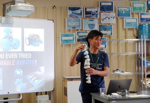 プログラミング玩具を用いて、プログラミングについて 解説する松林さん。