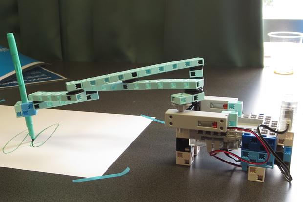ロボットのアームのみを動かす仕様では、思うような軌跡を描いてくれません。