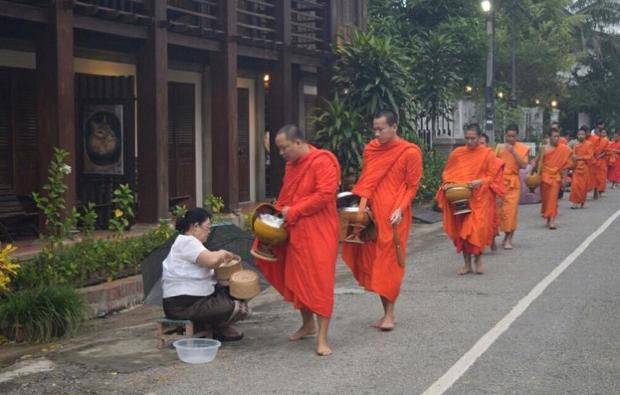 僧侶の托鉢の様子。
