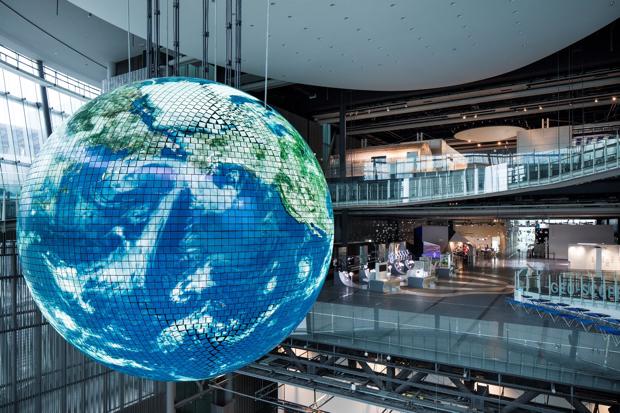 球体型ディスプレー「ジオ・コスモス」(日本化学未来館提供)。